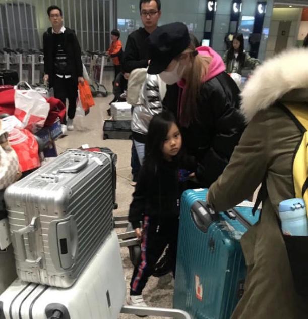 李小璐领女儿现身游日本 全程未见贾乃亮
