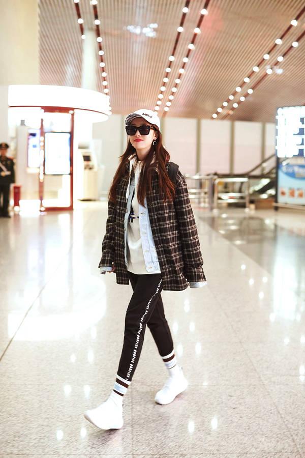 蒋梦婕休闲造型现身机场 潮流单品加身尽显时尚