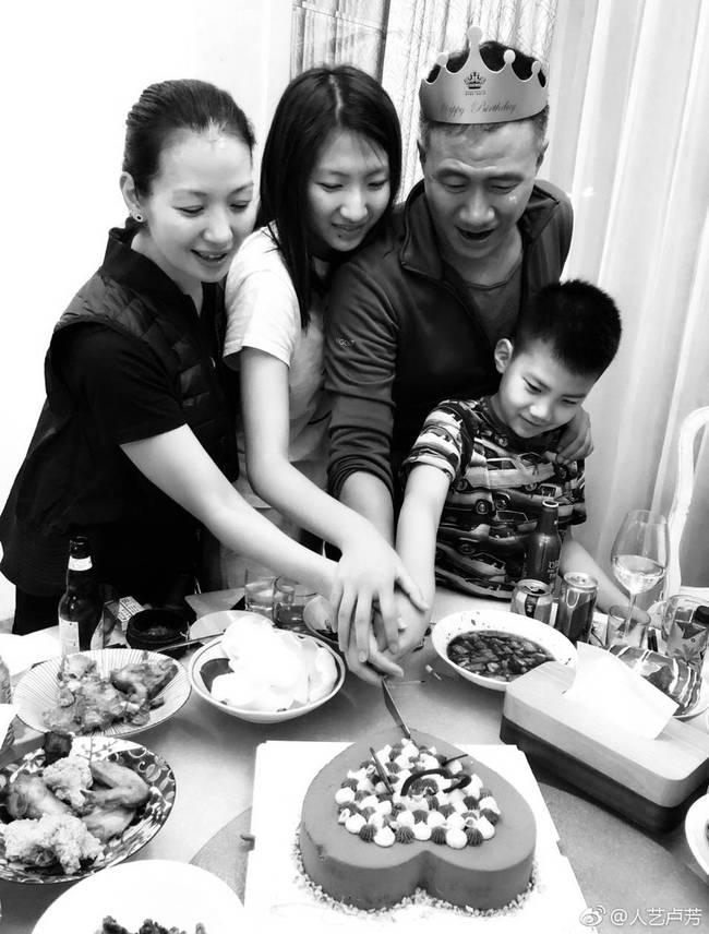 卢芳为胡军庆生 一家四口齐切蛋糕温馨满满