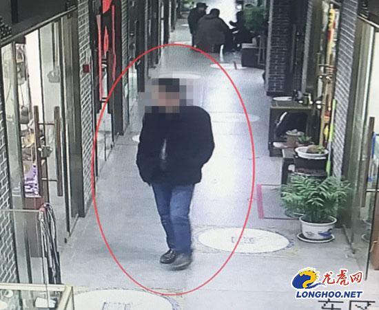 男子古玩城内盗窃檀木摆件 全然不把室内监控放在眼里
