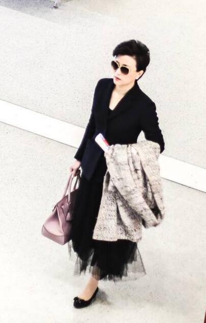 杨澜黑色西装配纱裙