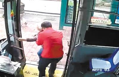 公交司机抱阿婆获赞 面对赞扬他这么说道