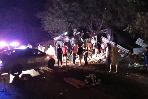 泰国双层大巴车祸 15人已无生命迹象