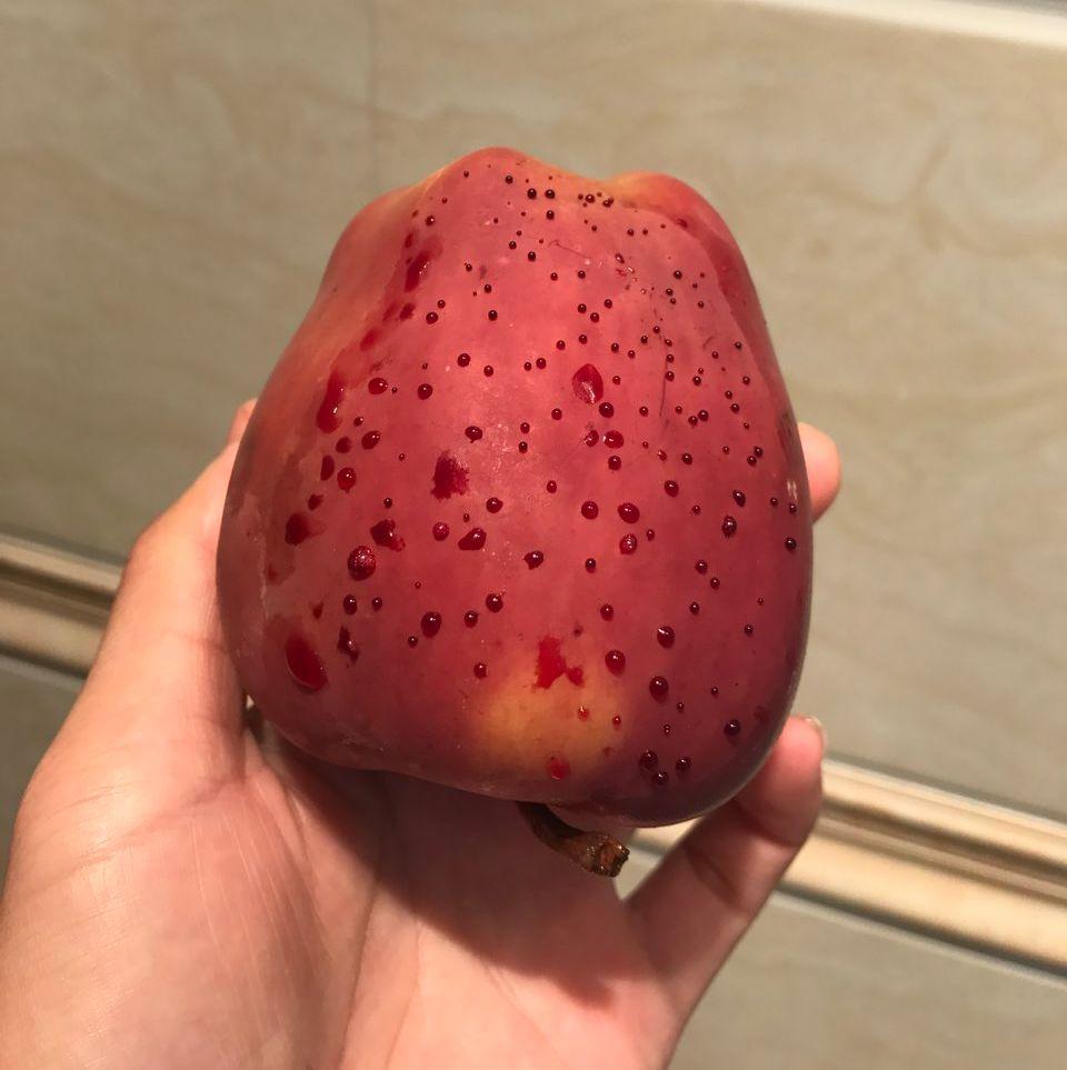 热水泡苹果竟然冒出血珠 看起来有点惊悚