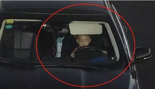 """3岁男童高速开车 """"有模有样""""把持着方向盘且未系安全带"""