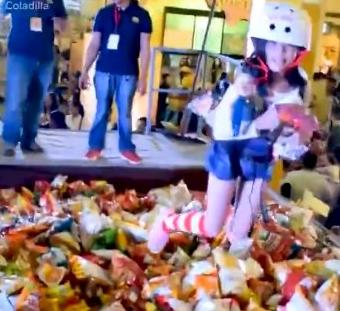 菲律宾上演真人版零食抓娃娃 这简直就是童年的梦想啊!