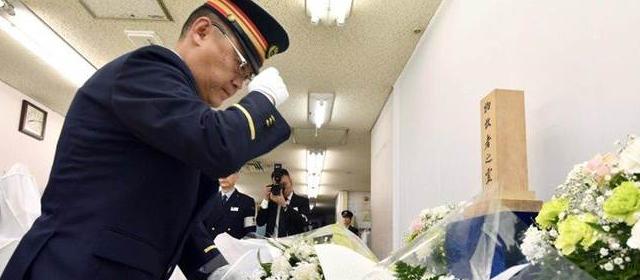 东京地铁毒气案23周年 工作人员身着制服低头默哀