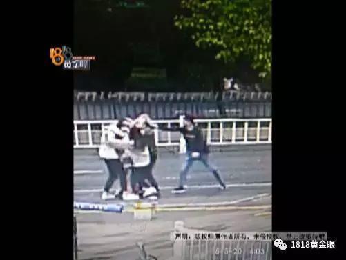 帅哥被三女子拖上车 最后还打伤酒吧工作人员