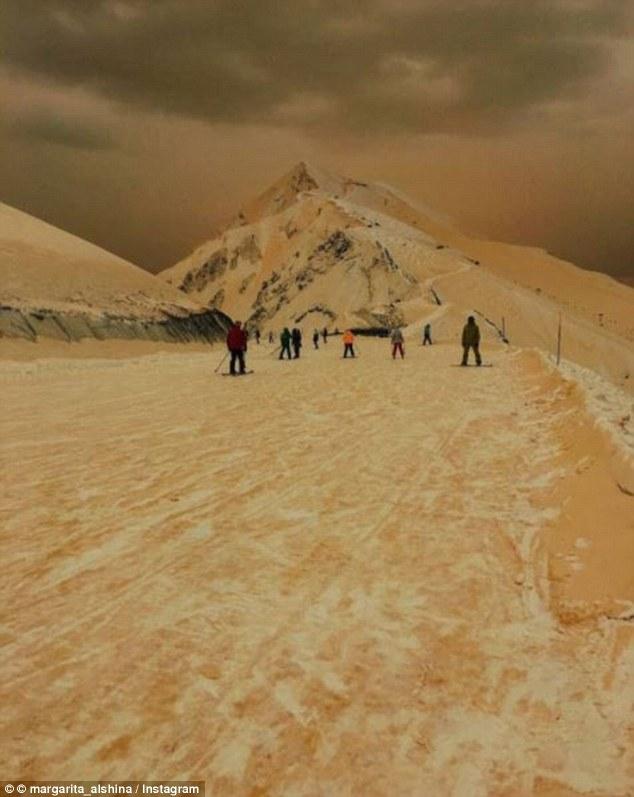 """俄罗斯现橙色降雪 景象看起来犹如""""世界末日"""""""