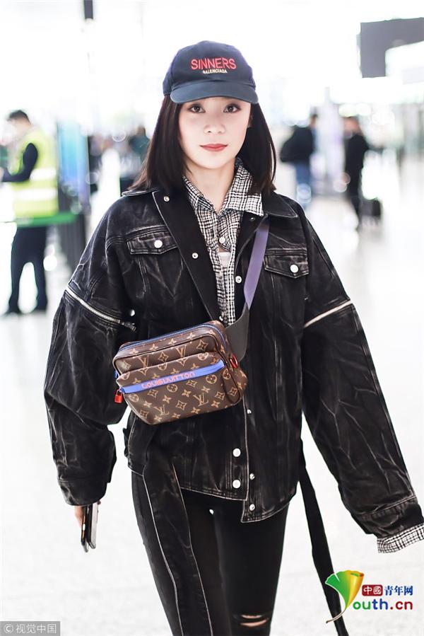 袁姗姗休闲街头风亮相机场 时髦挎包抢眼