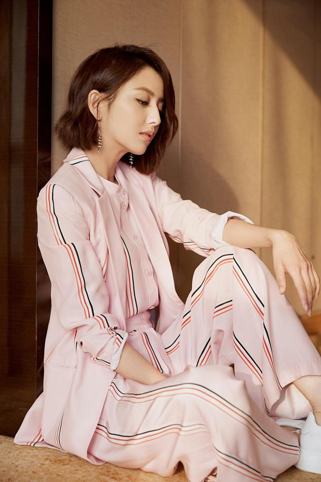 佟丽娅示范春日穿搭 粉色西装尽显知性魅力