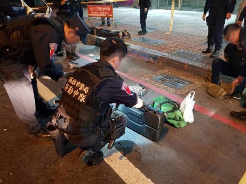 台湾高雄凌晨枪战 持枪指向警察的男子中弹身亡