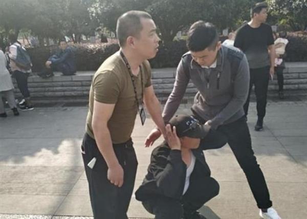 武大校园内樱花开 警察逮捕樱花黄牛