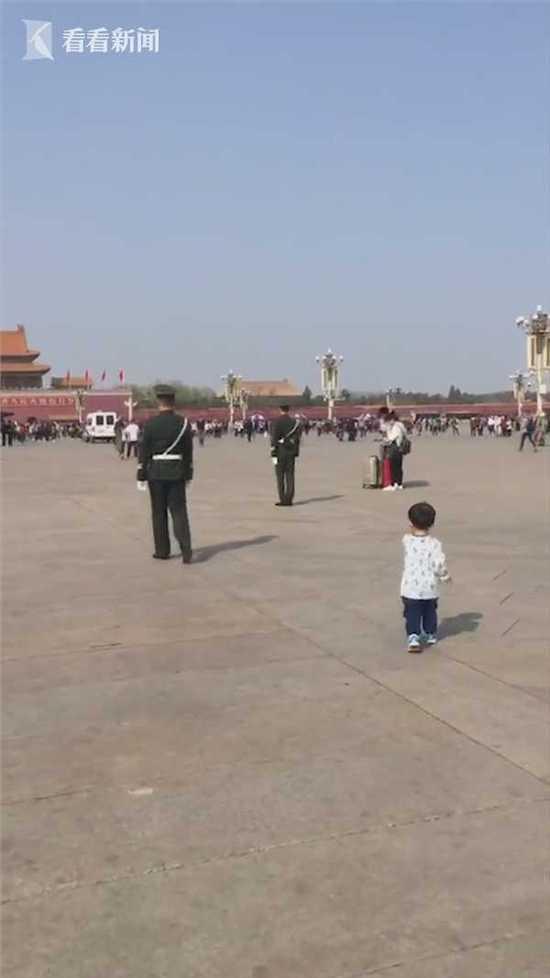 3岁宝宝向武警敬礼 握手的那一刻令人感动