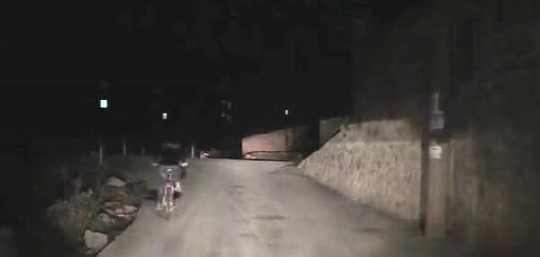 司机为孩子照亮夜路20分钟 小学生鞠躬致谢