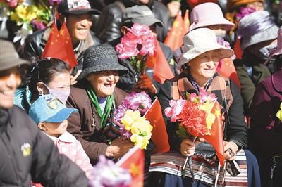 西藏农奴解放59周年 拉萨布达拉宫广场鼓乐齐鸣歌声嘹亮