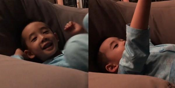 """Jasper躺沙发看星星 小手指着天空""""哇!星星Star!"""""""