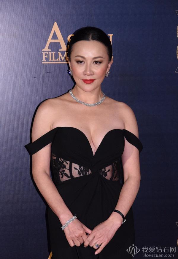 刘嘉玲佩戴海瑞温斯顿珠宝现身亚洲电影大奖颁奖典礼