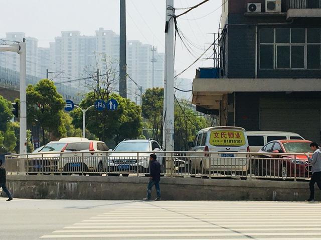 武汉现奇葩斑马线 市民都认为此处规划得有问题
