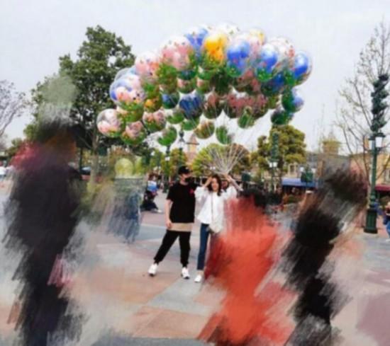 网友偶遇陈赫游迪士尼 这一事件推上了热搜榜