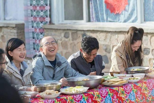 王宝强下乡抓猪 录制节目开怀大笑
