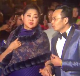 59岁倪萍险些认不出 一身紫衣出席颁奖典礼
