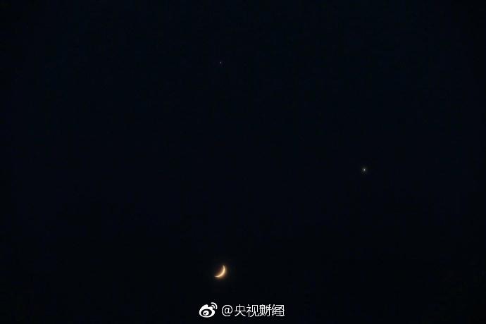 火星土星上演双星会月 和月亮恰好构成一个倒三角形