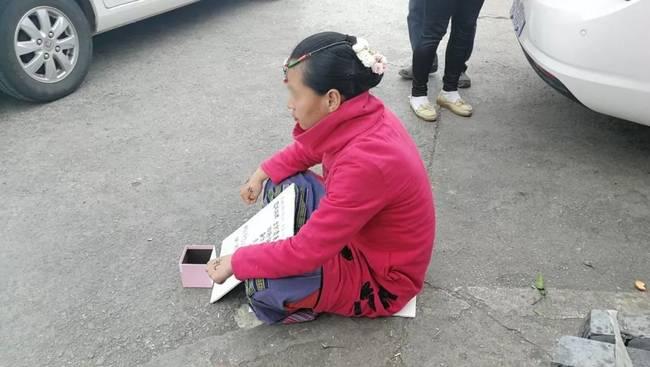 女子在丽江乞讨成网红 因为貌美不想上班