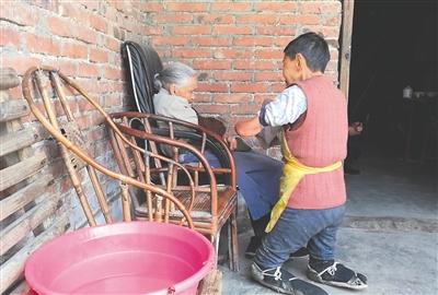 75岁残疾老人跪行照料105岁母亲 磨烂鞋底200多双