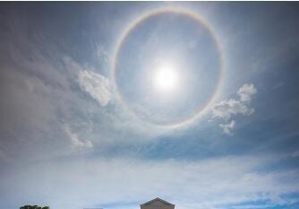 昆明美丽日晕奇观 一个巨大的彩色光环围绕着太阳