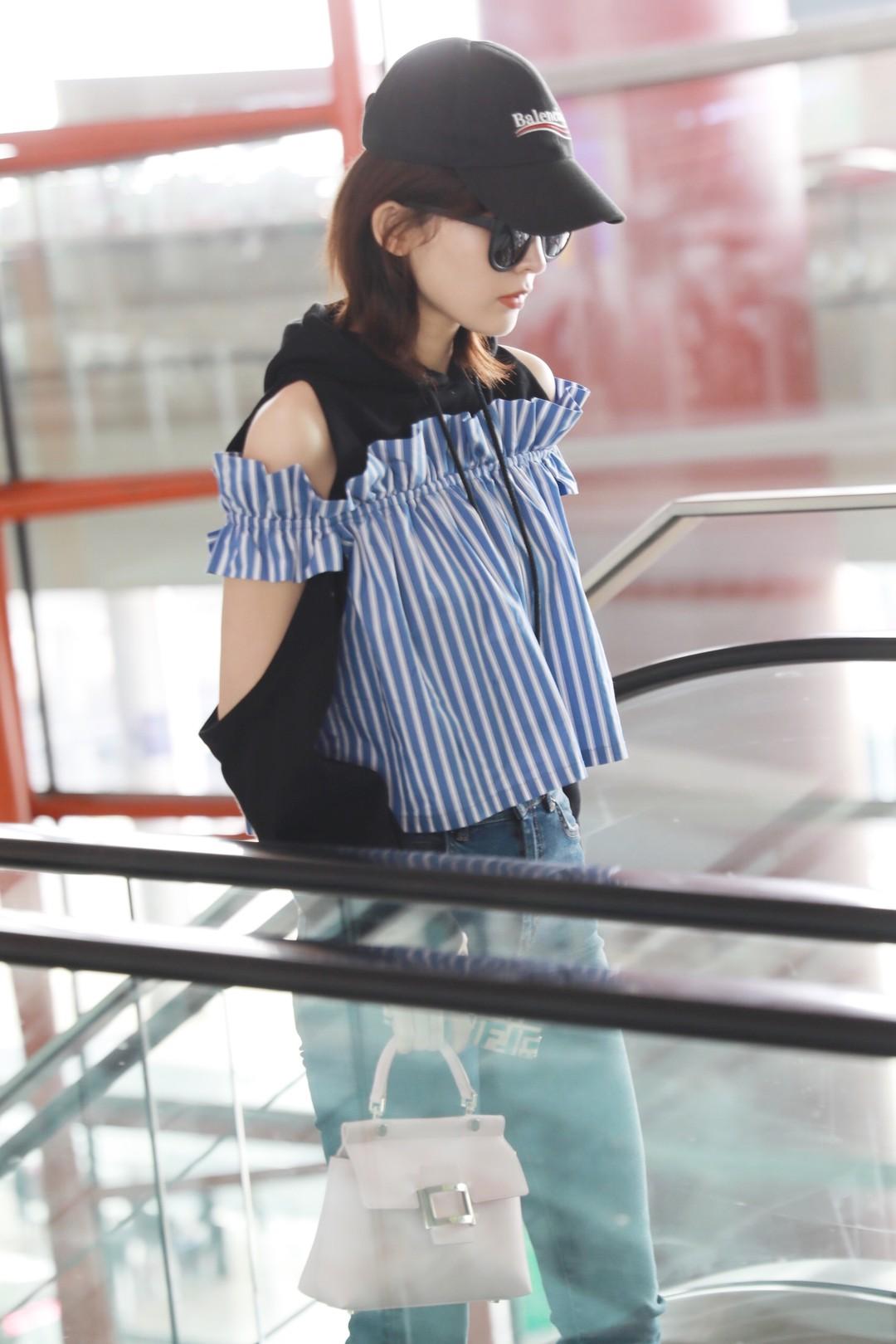 古力娜扎着露肩上衣现身北京机场
