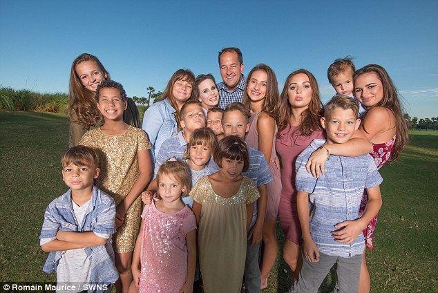 她生12个娃又领养4个 称养育孩子是世界上最好的工作