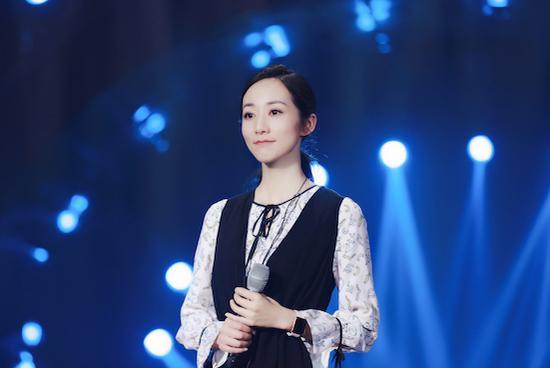 韩雪登台助阵歌手 再演绎其作品飘雪