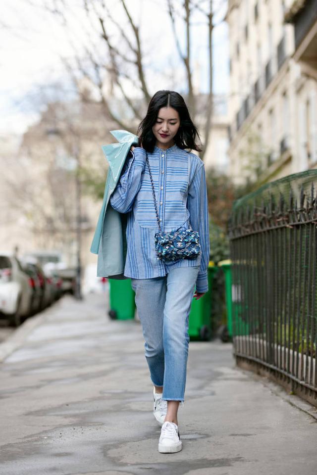 大表姐刘雯街拍完美演绎香奈儿手袋魅力
