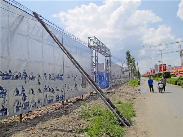 电线杆倾斜成隐患 民警全力维护保平安