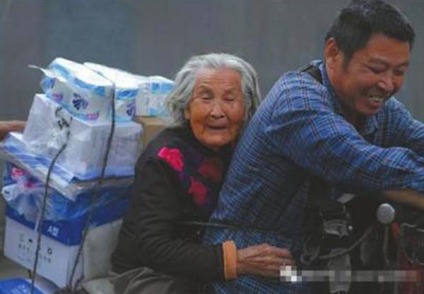 大叔带92岁老母送货 这样的生活已经持续了7年