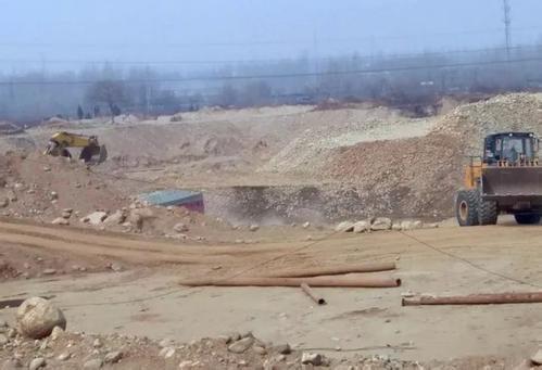 """陕西华阴出现披着""""光伏发电""""外衣非法挖沙采石现象"""