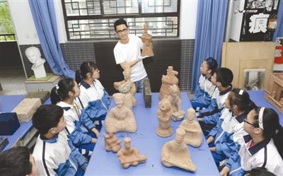 老师捐4000件古玩助学校建设博物馆