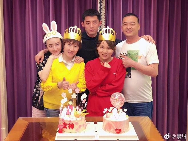 景甜妈妈生日张继科到场庆祝 甜的不要不要的