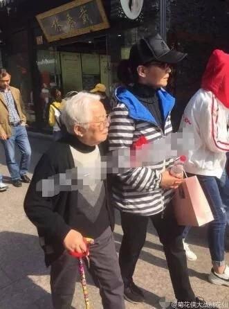 63岁潘虹携母旅游 网友赞其孝顺