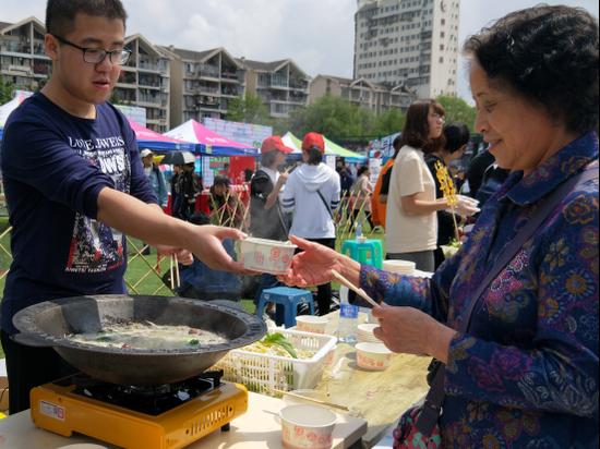 大学举办火锅文化节 千名西大学子来此品尝