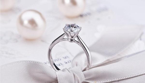 哪个牌子的订婚戒指好?