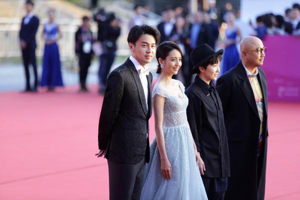 雷佳音着杰尼亚礼服出席北京电影节开幕式