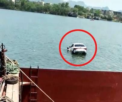 柳州轿车离奇坠河 施救过程中男子不愿配合是怎么回事?