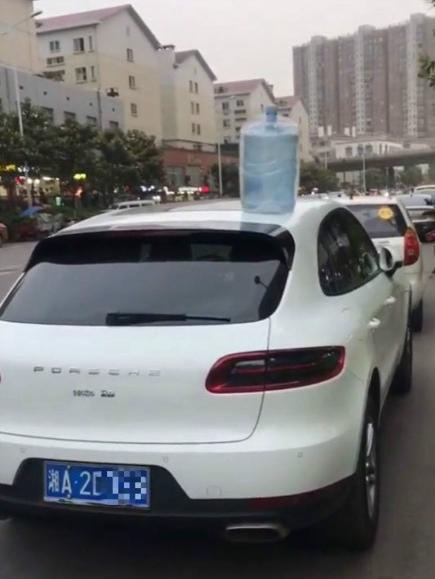 车顶放瓶水是什么意思