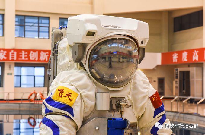 中国飞天水下训练服首次对外亮相