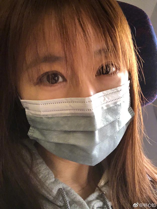 林心如晒戴口罩自拍 留着空气刘海依旧少女十足
