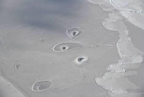 北极惊现神秘冰窟 拍下照片后仅几分钟就消失了