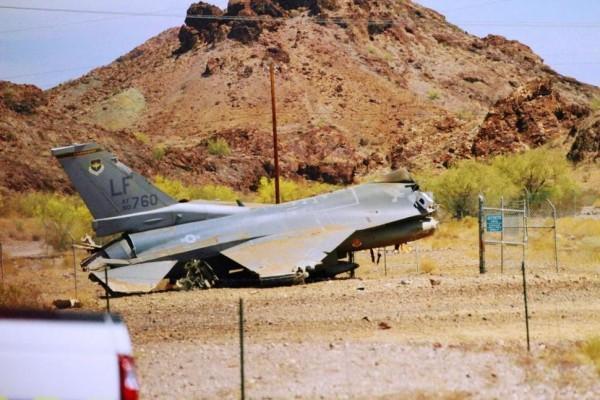 美军战机降落坠毁 所幸飞行员未受重伤