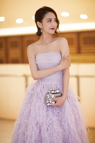 佟丽娅佩戴戴比尔斯珠宝优雅现身北京国际电影节闭幕红毯